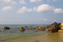 Warme blauwe overzees en stenen Stock Foto