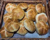 Warme Brote von einem Geschäft stockfotografie