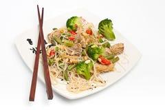 Warme Chinese salade met rijstnoedels Royalty-vrije Stock Foto's