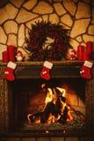 Warme comfortabele die open haard voor Kerstmis met echte houten burni wordt verfraaid stock afbeelding