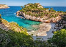 Warme de lentedag in calò des moro strand, Mallorca, Spanje stock foto's