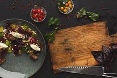 Warme die salade met bieten en kaas bij restaurant wordt gediend royalty-vrije stock fotografie