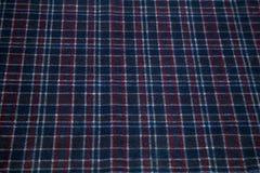 Warme doek in een kooi van donkerblauwe kleur Stock Fotografie
