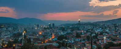 Warme en regenachtige avond in Sarajevo, breed panorama Stock Fotografie