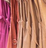 Warme Frau-Kleider an einem Speicher Stockbild