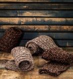 warme gebreide sokken op houten achtergrond Royalty-vrije Stock Afbeeldingen