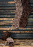 warme gebreide sokken op houten achtergrond Royalty-vrije Stock Afbeelding