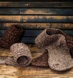 warme gebreide sokken op houten achtergrond Stock Fotografie