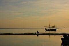 Warme Gefühlsfamilie im ruhigen Meer Stockbilder