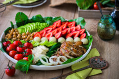 Warme geroosterde kippensalade met groenten en vruchten royalty-vrije stock foto