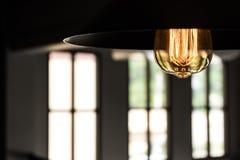 Warme hangende lamp met grote vensters Royalty-vrije Stock Afbeeldingen