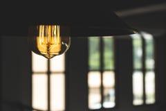 Warme hangende lamp met grote vensters Royalty-vrije Stock Foto