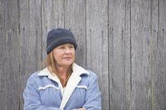 Warme Jacke und Mütze der allein stehenden Frau Stockfotos