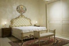Warme klassieke slaapkamer stock afbeeldingen