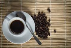 Warme kop van ciffee op bruine achtergrond Stock Foto