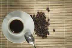 Warme kop van ciffee op bruine achtergrond Royalty-vrije Stock Foto
