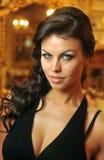 Warme lichte schoonheidsspruit van donkerbruin model royalty-vrije stock afbeeldingen
