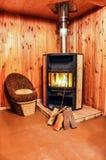 Warme open haard met het echte houten branden daarin royalty-vrije stock foto's