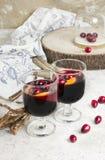 Warme overwogen wijn met citrusvrucht, Amerikaanse veenbessen en kruiden met woode Stock Afbeeldingen