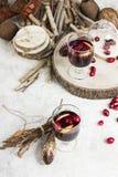 Warme overwogen wijn met citrusvrucht, Amerikaanse veenbessen en kruiden met woode Stock Fotografie