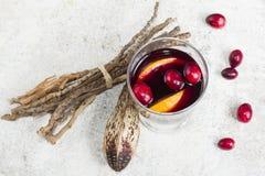 Warme overwogen wijn met citrusvrucht, Amerikaanse veenbessen en kruiden met woode Royalty-vrije Stock Foto