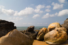 Warme overzees en grote stenen Stock Foto