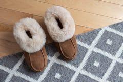 Warme Pantoffel auf einer Wolldecke Stockbilder
