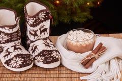 Warme Pantoffel nähern sich Weihnachtstannenbaum Stockfotografie