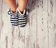Warme pantoffels op de vloer Stock Afbeeldingen