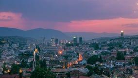 Warme regenachtige avond in Sarajevo, mooie horizon bij schemer Stock Foto