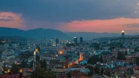 Warme regenachtige avond in Sarajevo, mooie horizon bij schemer Royalty-vrije Stock Fotografie