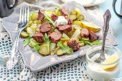 Warme salade met aardappels, groenten in het zuur en kippenlever Stock Afbeelding