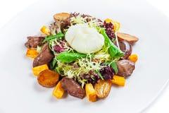 Warme salade met de lever van Turkije en gestroopt ei Stock Afbeelding