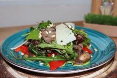Warme salade met kalfsvlees stock fotografie