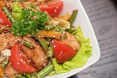 Warme salade met kip Stock Foto's