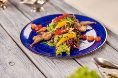Warme salade met kwartels en nootsaus royalty-vrije stock foto