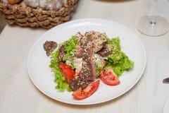 Warme salade met rundvlees en sesamzaden Stock Afbeelding