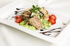 Warme salade met vlees, paddestoelen, kersentomaten, pijnboomnoten royalty-vrije stock fotografie