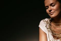 Warme sinnliche Frau mit goldener Halskette Lizenzfreies Stockfoto