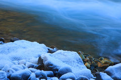 Warme Steine neben kaltem sauberem Nebenflusswasser Lizenzfreies Stockbild