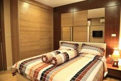 Warme toon van het ontwerp van het luxebinnenland van de slaapkamer in flat Stock Afbeeldingen