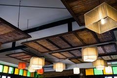 Warme verlichting die uit uit mooie lampen op plafond komen Stock Foto's