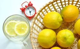 Warme water en citroen voor ontbijt Royalty-vrije Stock Foto's