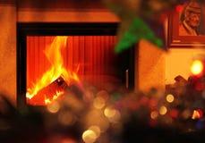 Warme Weihnachtsszene mit Kamin stockfotografie