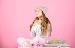 Warme wollen hoed van het kind geniet de lange haar van warm en zachtheid De slijtage van het jong geitjemeisje breide warme hoed stock afbeeldingen