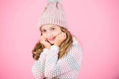 Warme wollen hoed van het kind geniet de lange haar van warm en zachtheid De slijtage van het jong geitjemeisje breide warme hoed royalty-vrije stock foto