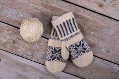 Warme woolen Handschuhe mit Muster Stockfoto