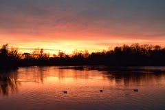 Warme zonsondergang royalty-vrije stock afbeeldingen