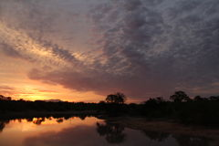 Warme zonsondergang met koude wolken Stock Foto