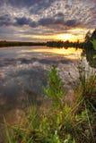 Warme zonsondergang van gouden meer Royalty-vrije Stock Afbeeldingen